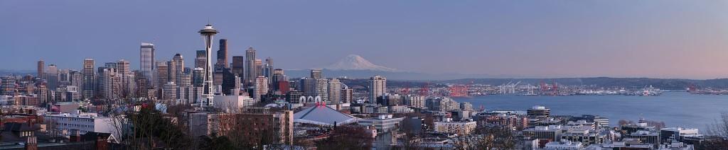 Schauplatz der Mordserie des Green River Killer: Die Skyline von Seattle mit dem Mount Rainier im Hintergrund Quelle/Urheber: Wikipedia/Daniel Schwen, 2010